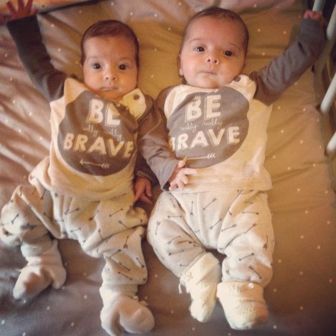 A primeira foto de irmãos fora da barriga